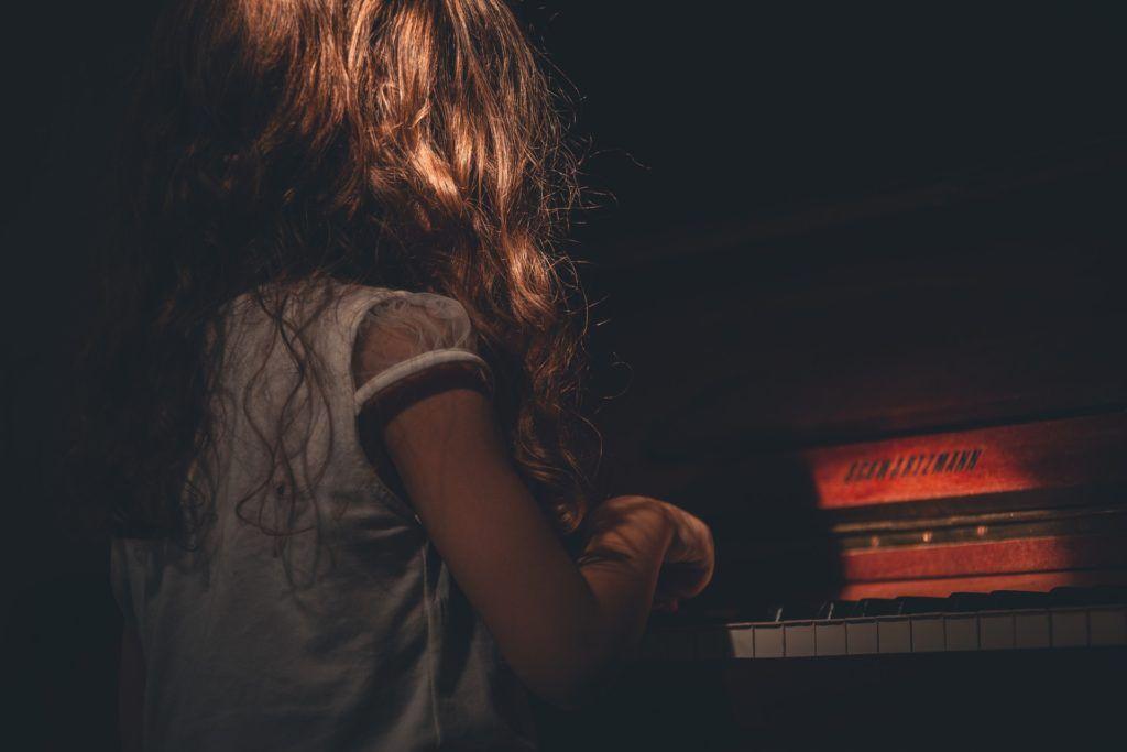 Gra na pianinie dla dzieci dziewczynka