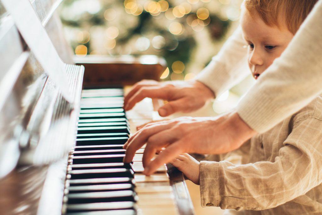 Gra na pianinie dla dzieci